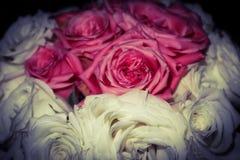 Gifta sig den vit buketten som är rosa och arkivbilder