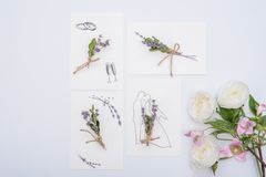 Gifta sig det blom- inbjudankortet spara datumminimalismdesignen med gr?na blad?rter Botaniskt elegant dekorativt arkivfoto