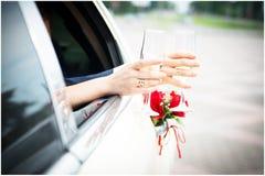 Gifta sig exponeringsglas i händerna med cirklar Arkivfoto