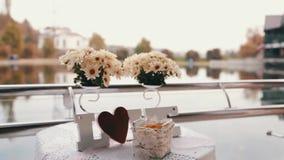 Gifta sig FÖRÄLSKELSE med blommor arkivfilmer