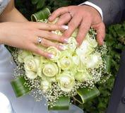 gifta sig för blommahandcirklar Arkivfoto