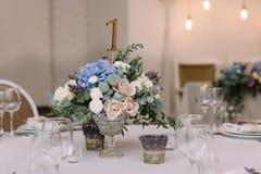 gifta sig för blommor Konstgarnering av en tabell på ett bröllop och ett nummer av en tabell Royaltyfria Bilder