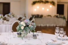 gifta sig för blommor Konstgarnering av en tabell på ett bröllop och ett nummer av en tabell Arkivfoto