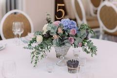 gifta sig för blommor Konstgarnering av en tabell på ett bröllop och ett nummer av en tabell Royaltyfria Foton