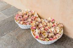 Gifta sig för kronblad för korgar rosa Arkivfoton