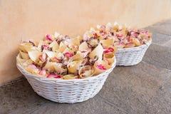 Gifta sig för kronblad för korgar rosa Arkivfoto