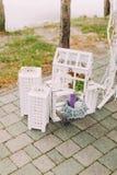 gifta sig för trappa för stående för brudbegreppsklänning Tappningträspjällådor med älskvärda stearinljus och små beståndsdelar Royaltyfri Bild