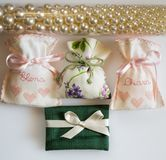 Gifta sig favörpåsar som innehåller dragerade mandlar, datumgåva Fotografering för Bildbyråer