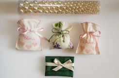 Gifta sig favörpåsar som innehåller dragerade mandlar, datumgåva Arkivbilder