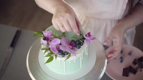 Gifta sig, festlig, för födelsedag ljusbrun kaka som dekoreras med den rosa orkidén, och blåbär