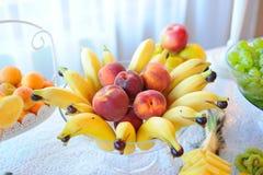 Gifta sig frukttabellen med bananer och persikor Arkivbild
