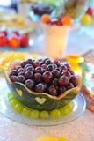 Gifta sig frukttabellen med druvor inom vattenmelon Arkivbild