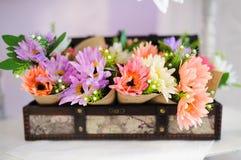 Gifta sig garneringar på restaurangen med alla skönhet och blommor Royaltyfria Bilder