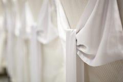 Gifta sig garneringar - vita satängpilbågar Fotografering för Bildbyråer