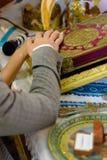 Gifta sig guld- cirklar som står på en platta i kyrkan fotografering för bildbyråer