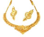 Gifta sig guld- halsband med örhängen royaltyfria bilder