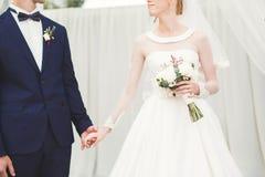 Gifta sig händer för parbrud- och brudguminnehav Royaltyfri Fotografi