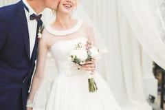 Gifta sig händer för parbrud- och brudguminnehav royaltyfria foton