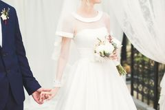 Gifta sig händer för parbrud- och brudguminnehav fotografering för bildbyråer