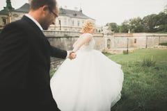 Gifta sig händer för parbrud- och brudguminnehav arkivfoto