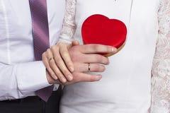 Gifta sig härliga par royaltyfria foton