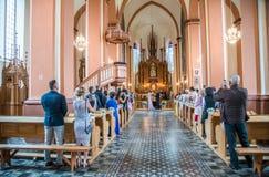 Gifta sig i litauisk kyrka arkivbild