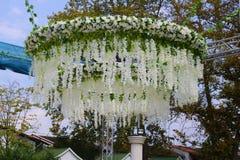 Gifta sig korridoren utanför med blommor arkivfoton