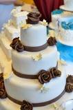 Gifta sig kräm- tårta med garneringar arkivbilder