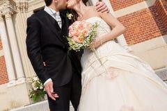 Gifta sig kyssen Royaltyfri Bild