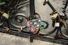 Gifta sig lås som symbol av förälskelse Royaltyfria Bilder