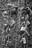Gifta sig låser på bron i Verona, Italien Arkivbild