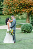 Gifta sig lyckliga par i parkera Arkivbilder