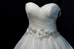 Gifta sig mode, vit bröllopsklänning på en svart bakgrund arkivfoto