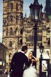 Gifta sig near sexiga par kast på den utomhus- slotten arkivbilder