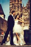 Gifta sig near sexiga par kast på den utomhus- slotten royaltyfri fotografi