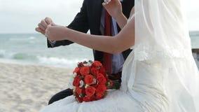 Gifta sig nyckel- hjärta av bruden och brudgummen stock video