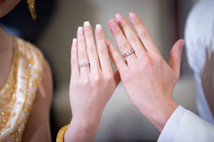Gifta sig nyligen händer för par` s med vigselringar Royaltyfri Foto