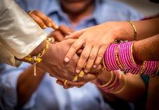 Gifta sig nyligen hinduiska indiska parinnehavhänder royaltyfri bild
