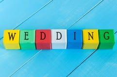 Gifta sig - ord på barns färgglade kuber eller Arkivbilder