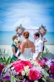 Gifta sig på stranden. Arkivbild