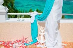 Gifta sig på stranden Exponeringsglas av champagne Gifta sig bågen i blått Arkivbilder