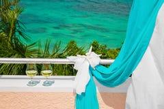 Gifta sig på stranden Exponeringsglas av champagne Gifta sig bågen i blått Royaltyfria Foton