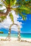 Gifta sig på stranden Gifta sig ärke- som dekoreras av vinrankor och flowe Royaltyfria Bilder