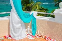 Gifta sig på stranden Gifta sig bågen i blått som dekoreras med starf Royaltyfri Foto