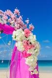 Gifta sig på stranden Gifta sig bågen i lilor som dekoreras med flo Royaltyfri Foto