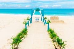 Gifta sig på stranden Gifta sig bågen som dekoreras med blommor Arkivbild