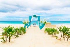 Gifta sig på stranden Gifta sig bågen som dekoreras med blommor på tr Fotografering för Bildbyråer