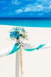 Gifta sig på stranden Gifta sig bågen som dekoreras med blommor på tr Royaltyfri Bild