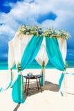 Gifta sig på stranden Gifta sig bågen som dekoreras med blommor på tr Arkivfoto