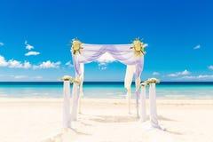 Gifta sig på stranden Gifta sig bågen som dekoreras med blommor på tr Royaltyfri Foto